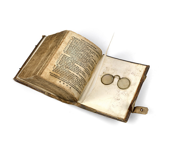 Nürnberger Brille in einem Buch von 1691