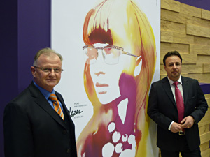 Horst Müller und Frank Meyer vor dem Kunstwerk von Stina Persson