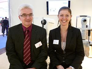 Robert Maier und Ivana Vuleta vor dem  neuen OPTIKON und MEDMONT Gerätepark