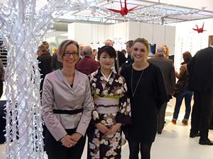 Antje Brekenkamp (Product & Marketing Managerin) und Annika Dannenmann (Marketing) zeigen  wie schön und frisch ein Kimono aussehen kann.  Im oberen Teil des Bildes zwei rote Origami-Kraniche.