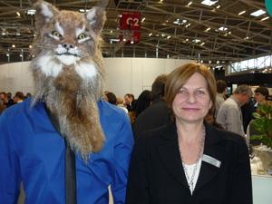 Petra Schwarz neben dem Maskottchen  zum Werbekonzept