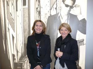 Renate Schatzl und Petra Eckhardt  vor dem neuen Serengeti Testimonial