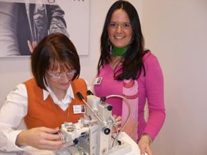 FLAIR Marketingleiterin Letta Siebert (rechts im Bild)  mit Astrid Schönfelder beim Anfertigen einer FLAIR Bohrbrille