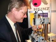 Erwin Heinz mit dem präzisen Koordinaten-Bohrwerk