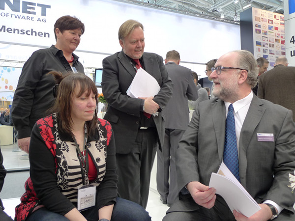 Geschäftsführer Martin Himmelbach (IPRO),  Marion Götz (IPRO Marketing) und  Journalisten bei der Pressekonferenz