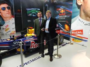 optikum Chefredakteur Harald Belyus mit  Vertriebsleiter Franz Saurer vor dem  Red Bull Formel 1 Boliden
