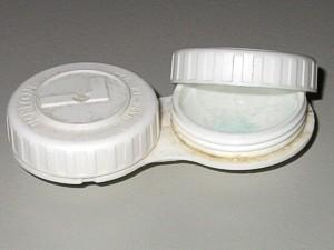 Verschmutztes kontaktlinsenetui