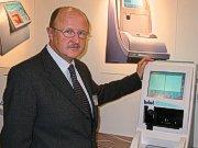 Thomas Scheibel mit dem neuen Briot Axcell Zentriergerät