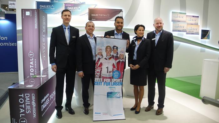 OPTI 2015 ALCON: Dr. Steffen Wagner (General Manager Deutschland/Österreich), Rupert Elsensohn (Verkaufsleitung Österreich), Peter Jurcenko (Verkaufsrepräsentant Österreich), Martina Kogler (Verkaufsrepräsentantin Österreich) und Jan Thore Föhrenbach (National Sales Manager) mit der ALCON ÖSV Aktion.
