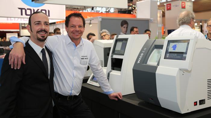 OPTI 2015 BWR Optikgeräte GmbH: Christoph Lausecker präsentiert neben Schleifautomaten von Weco auch Refraktion, Topographie, Pupillometrie, Tonometrie und Vorderkammeranalyse mittels Scheimpflug-Darstellung in einem Gerät.
