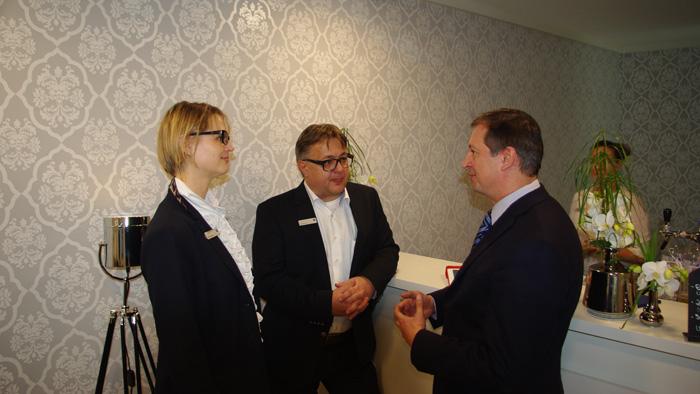 OPTI 2015 CARL ZEISS: Ingrid Buxbaum (Area Sales Managerin) und Axel Brandner (Vertriebsleiter Österreich)