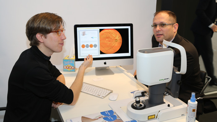 OPTI 2015 I-OPTICS: Alexander van der Mey demonstriert das EasyScan.