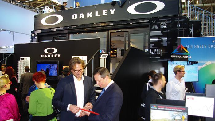 """OPTI 2015 LUXOTTICA: Vertriebsleiter Christian Olbort: """"Beim OAKLEY Plutonite® Brillenglasmaterial geht der Aufprallschutz sogar über das notwendige Maß hinaus."""""""