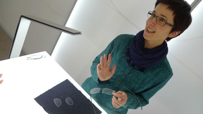 OPTI 2015 MARKUS T: Bernadette Thomas (General Management) - Federleichte Titanfassungen in wunderschönen, dezenten Farben.