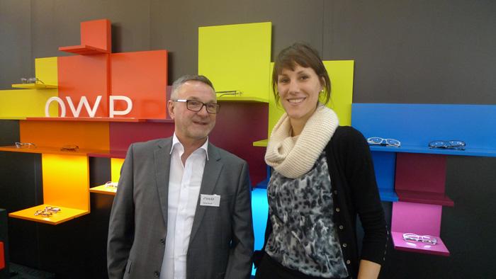OPTI 2015 OWP: Georg Strauß (Vertriebsrepräsentant Österreich) und Johanna Schleich (Product Managerin) zum neuen Farbkonzept der drei Erfolgskollektionen OWP, Mexx und metropolitan.