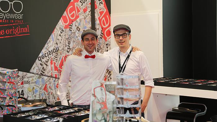 OPTI 2015 PAPERSTYLE: Grafiker Werner Oberrauch und Marketing Manager Dr. Hannes Gasser mit ihren Papierbrillen in der Version 2.0.