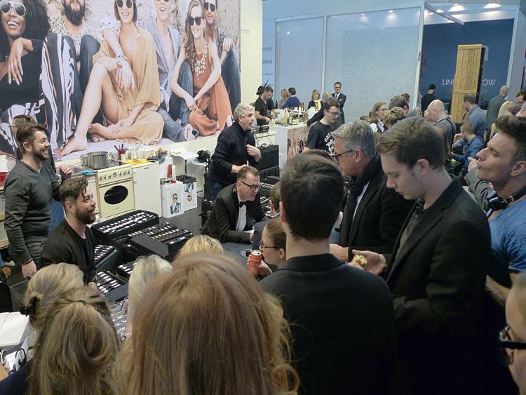 Wolfgang Scheucher (Sales) und Peter Klotz (PR) zeigen im Trubel die neue Kollektion