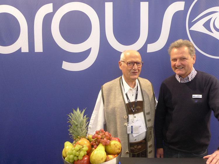 Eduard Posch (Optikermeister) und Frank Mothes (Geschäftsführer) freut sich über das Ostgeschäft und demonstriert die Effektivität des neuen AR Twin Plus