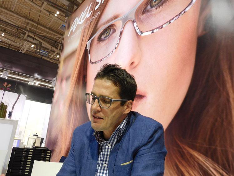 Alexander Uebele (Geschäftsführer) präsentiert unter anderem eine neue und farbenfrohe Halbbrillenkollektion