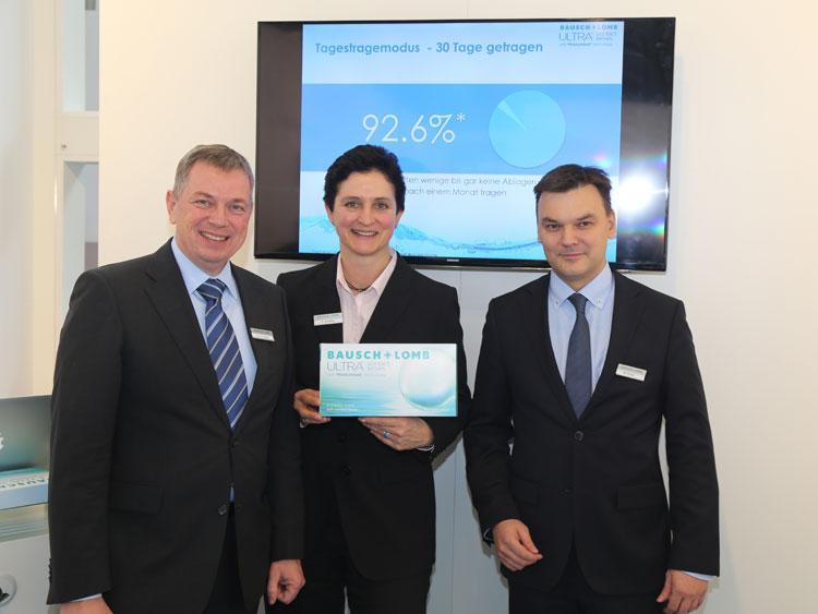 Dr. Christian Roesky (General Manager D/A/CH), Sabine Strübing (Professional Relations Managerin) und Marco Künzel (Marketing Manager Vision Care) mit der neuen ULTRA