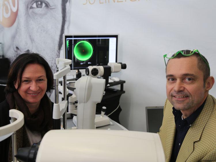 Andrea Paulweber (Geschäftsleitung) und Armin Weitmann (Geräte-Verkauf und Beratung) zeigen neue Keratographen