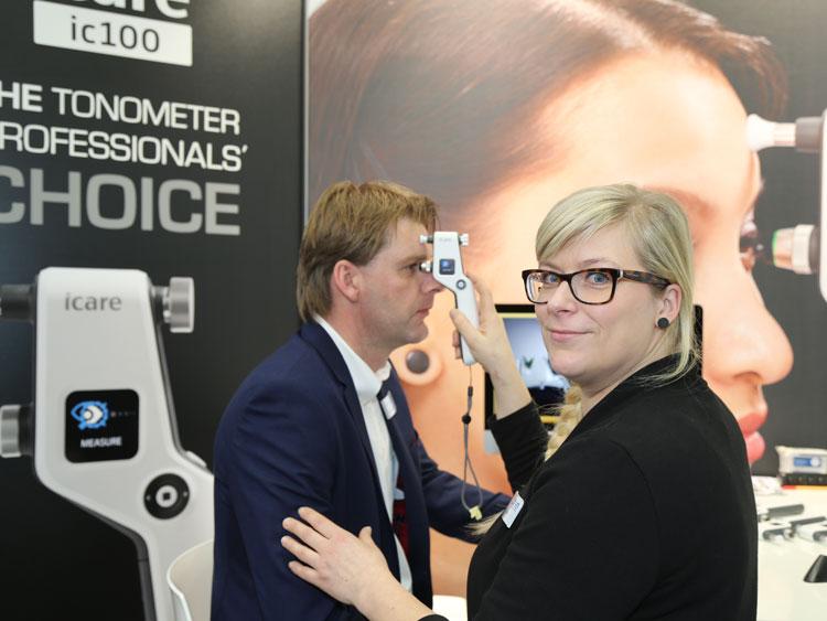 Janine Mündlein (Produktmanagerin) demonstriert das neue Rebound-Tonometer Icare ic100