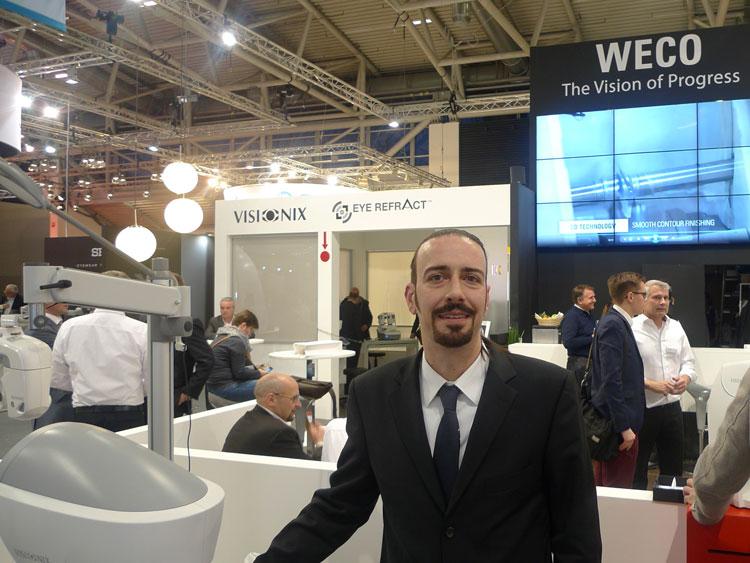 Christoph Lausecker (Geschäftsführer) präsentiert Geräteneuheiten - ganz im Zeichen der Wellenfronttechnik - am Stand der Weco Visionix GmbH