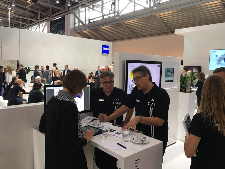 Axel Brandner (Vertriebsleiter Augenoptik) und Wolfgang Matzka (Produktmanagement Brillengläser) erklären die Zeiss Innovation zur Reduktion des Blendungsempfinden beim nächtlichen Autofahren und bei widrigen Lichtverhältnissen
