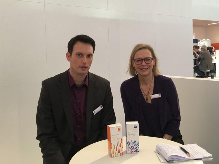 Oliver Stapf (Marketing Manager D/A/CH) und Ellen Fries (Head of Marketing D/A/CH) empfehlen die Upgrade-Freudigkeit der Konsumenten zu höherwertigeren Kontaktlinsen zu nutzen
