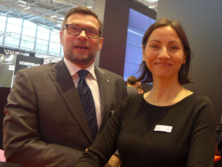 Ing. Clemens Moritzer (Geschäftsführer A/CH) und Eva Renk-Klenkhart (Marketing & Produktmanagement Lenses) berichten unter anderem über einen neuen, cleveren Sonnenschutz und über Chancen zu Mehrumsätzen mit der Mono Plus Technologie