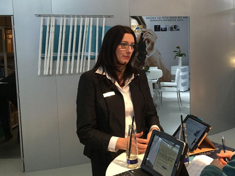 Stefanie Schuldt (Produktmanagerin) berichtet über das neue EyeDrive Brillenglas