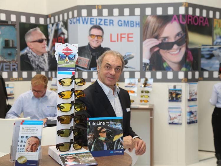 Peter Braunsdorfer (Geschäftsführer A) zeigt die Vorteile der neuen Schutz- und Lifestyle-Brille LifeLine