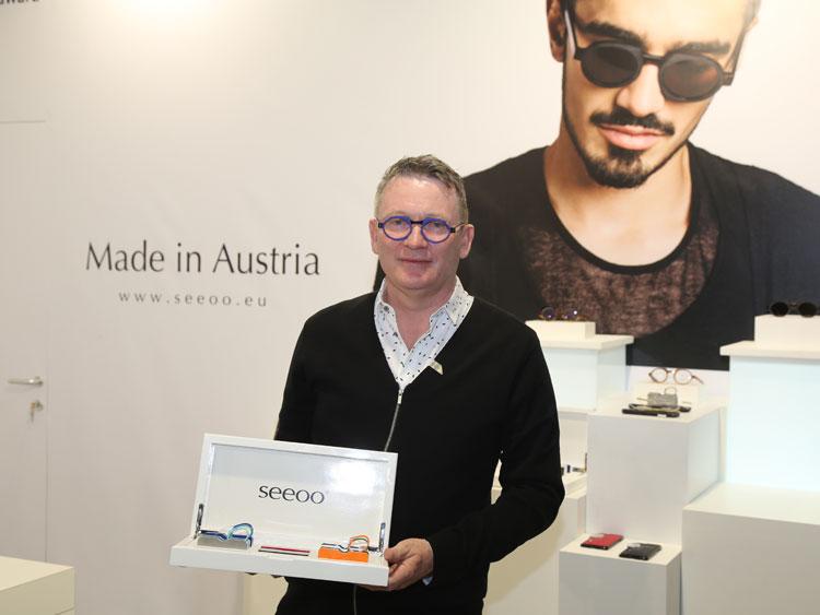 Gerald Lasnik mit den neuen Versionen der beliebten Zwicker Lesehilfe von Seeoo