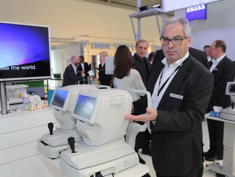 Sebastian Weber (Gebietsleiter Österreich Ost) erklärt den neuen CT 800A, einen computerisierten Non Contact Tonometer, der die Hornhautdicke mit berücksichtigt
