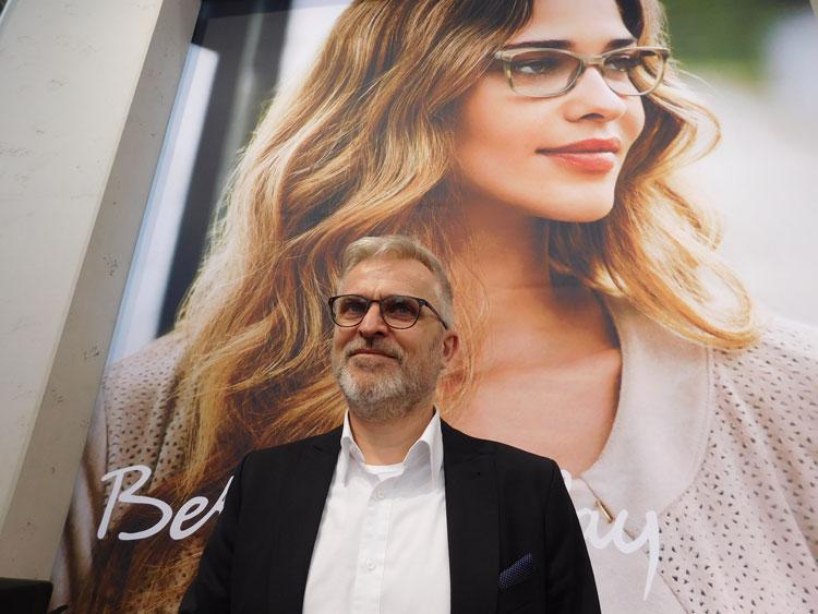 Ralf Kmoch (Geschäftsführer) vor dem neuen - gewohnt femininen - Betty Barkley Sujet