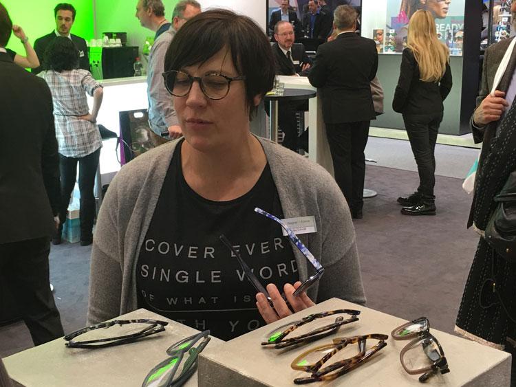 Silke Schmitt (Marketingmanagerin) mit den Neuheiten von Liebeskind und Aigner