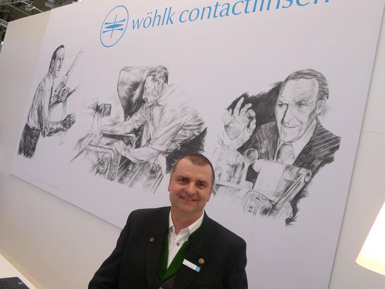 Peter Abel (Geschäftsleitung Österreich) mit dem Gründer und Kontaktlinsenvater Heinrich Wöhlk im Hintergrund
