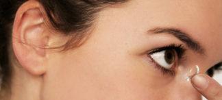 Frau setzt Kontaktlinse ein