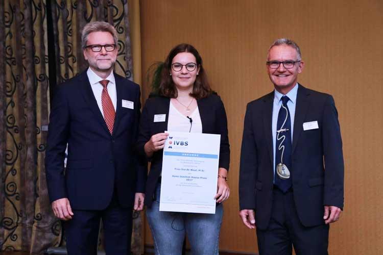 Die Preisträgerin des Hans-Joachim-Haase-Preises 2017, Ina de Waal, mit Prof. Ralph Krüger (Sprecher des wissen-schaftlichen Beirats der IVBS) und Georg Stollenwerk (Präsident der IVBS)