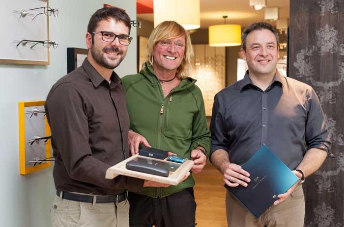 Augenoptiker Daniel Pomplun (links) und Andreas Kieling (Mitte) bei der Übergabe der neuen SiiA®-Gleitsichtgläser in Bad Münstereifel mit Frank Lindenlaub (r+h)