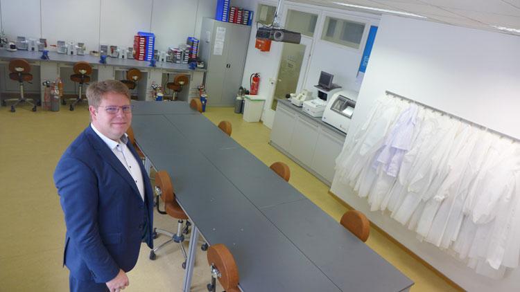 In unserer Werkstätte stehen neben vier Handschleifplätzen und sechs Lötstationen auch noch vier vollständig ausgestattete Acetatwerkbänke zur Verfügung