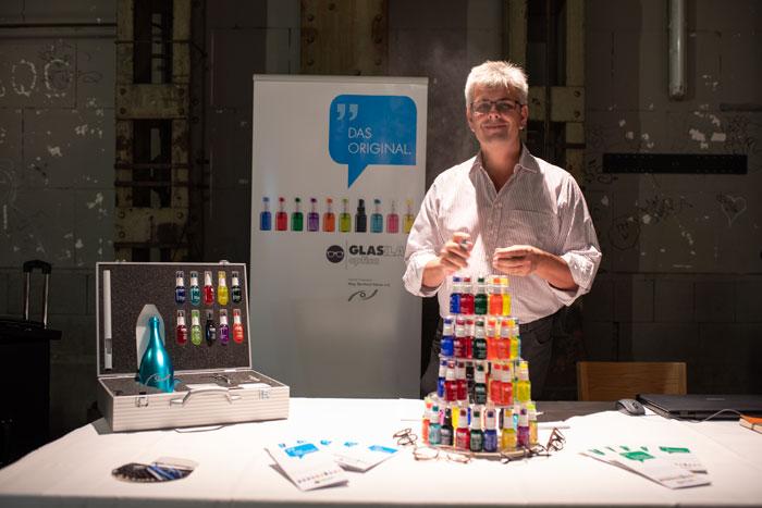 Mag. Bernhard Steiner, empfiehlt sein mit individuellen Logo bedruckten Brillenputzspray GLASKLAR als Kundenbindungsprogramm