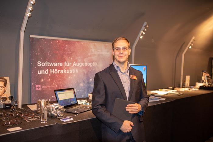 Das Software Unternehmen IPRO berichtete von Neuheiten im Bereich Online-Terminkalender, schnellere Prozesse bei der Einbuchung der Fassungskataloge und über neue Module für das Refraktionssystem PASKAL 3D