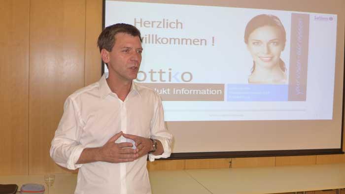 ottiko Geschäftsführer Robert Ruiner begrüßte im Mariahilfer Kolping Haus die abendlich geladenen Kontaktlinsenspezialisten