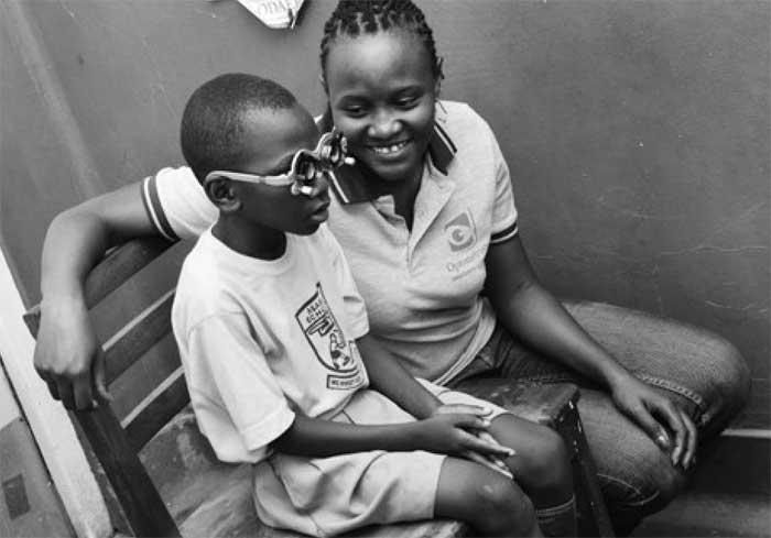 Der 12-jährige Emmanuel ist seit Geburt fast blind und war daher nicht in der Lage, wie die anderen Kinder aus seinem Dorf zur Schule zu gehen.
