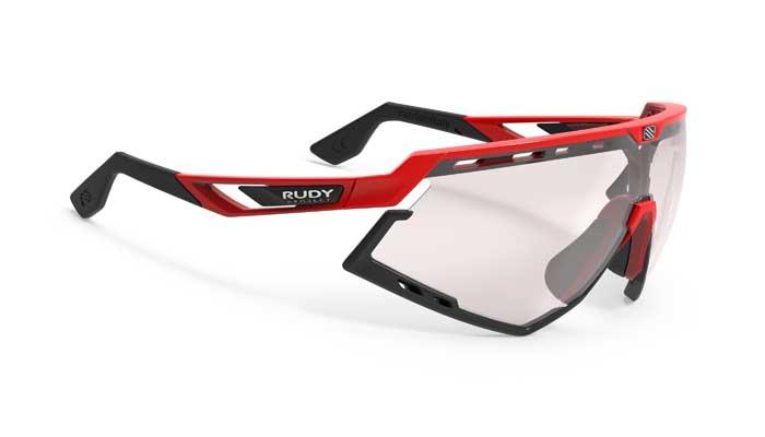 Inspiriert von einem Kult-Modell aus dem Jahr 1992 verbindet die Defender sportliches Design mit modernster Brillentechnologie