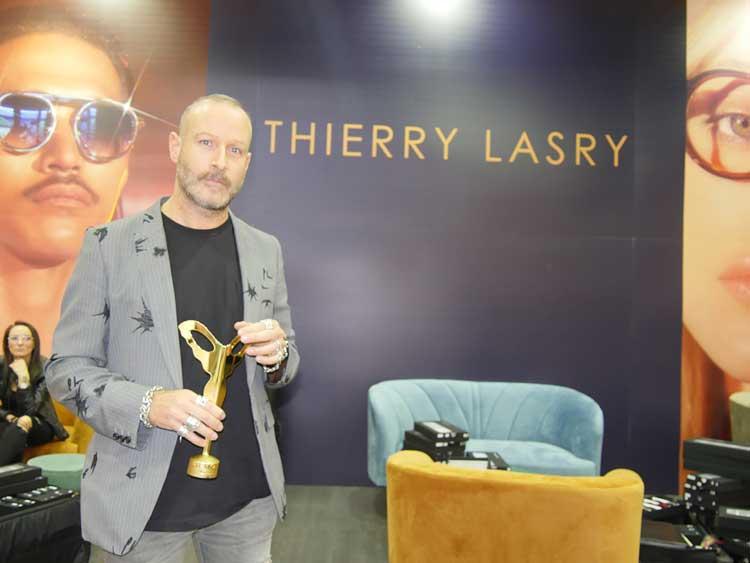 Designer und Maestro Thierry Lasry demonstrierte den eingebauten Ring in seiner neuen Sonenbrillen-Collage