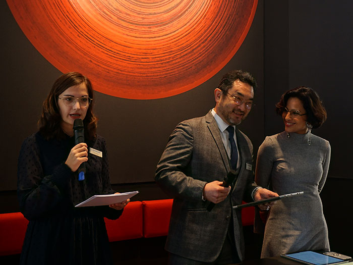 CHARMANT Marketing Managerin Julia Berger und CHARMANT Europa-Geschäftsführer Satoshi Otsuki präsentieren mit CHARMANT by Caroline Abram gemeinsam mit Brillendesignerin Caroline Abram das Ergebnis einer besonderen Zusammenarbeit