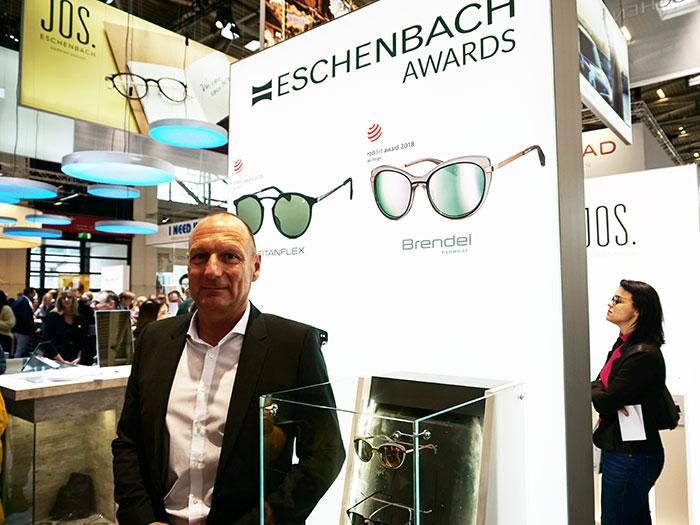 Österreich Geschäftsführer Christian Weiss präsentiert am opti-Messestand einige Highlights von ESCHENBACH, die schon mehrere reddot Design Awards gewonnen haben