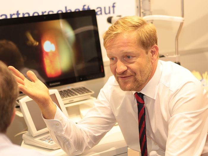 Thomas Köhler zeigt die Vorteile seiner Funduskamera